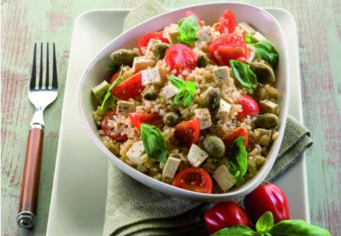 Салат з овочами, коричневим рисом та тофу